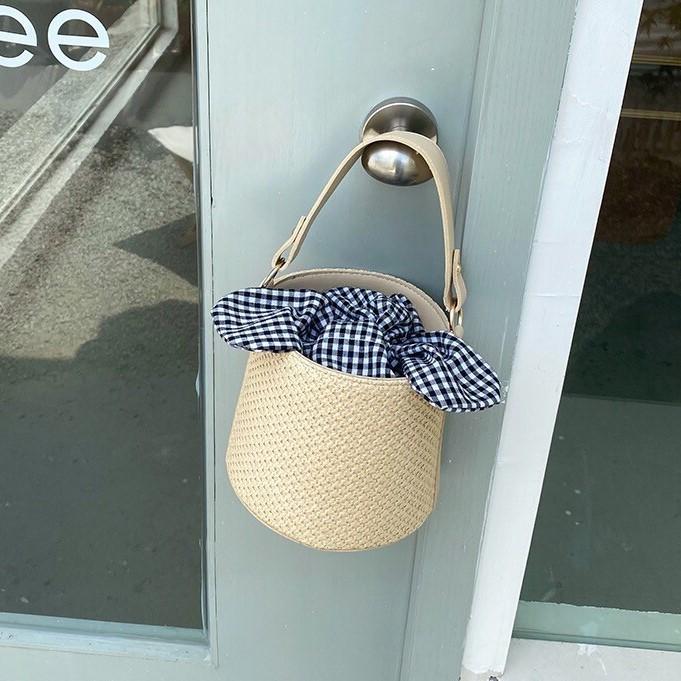 蝴蝶結格子水桶草編包女新款文青渡假風格百搭單肩斜背編織手提包出遊女包