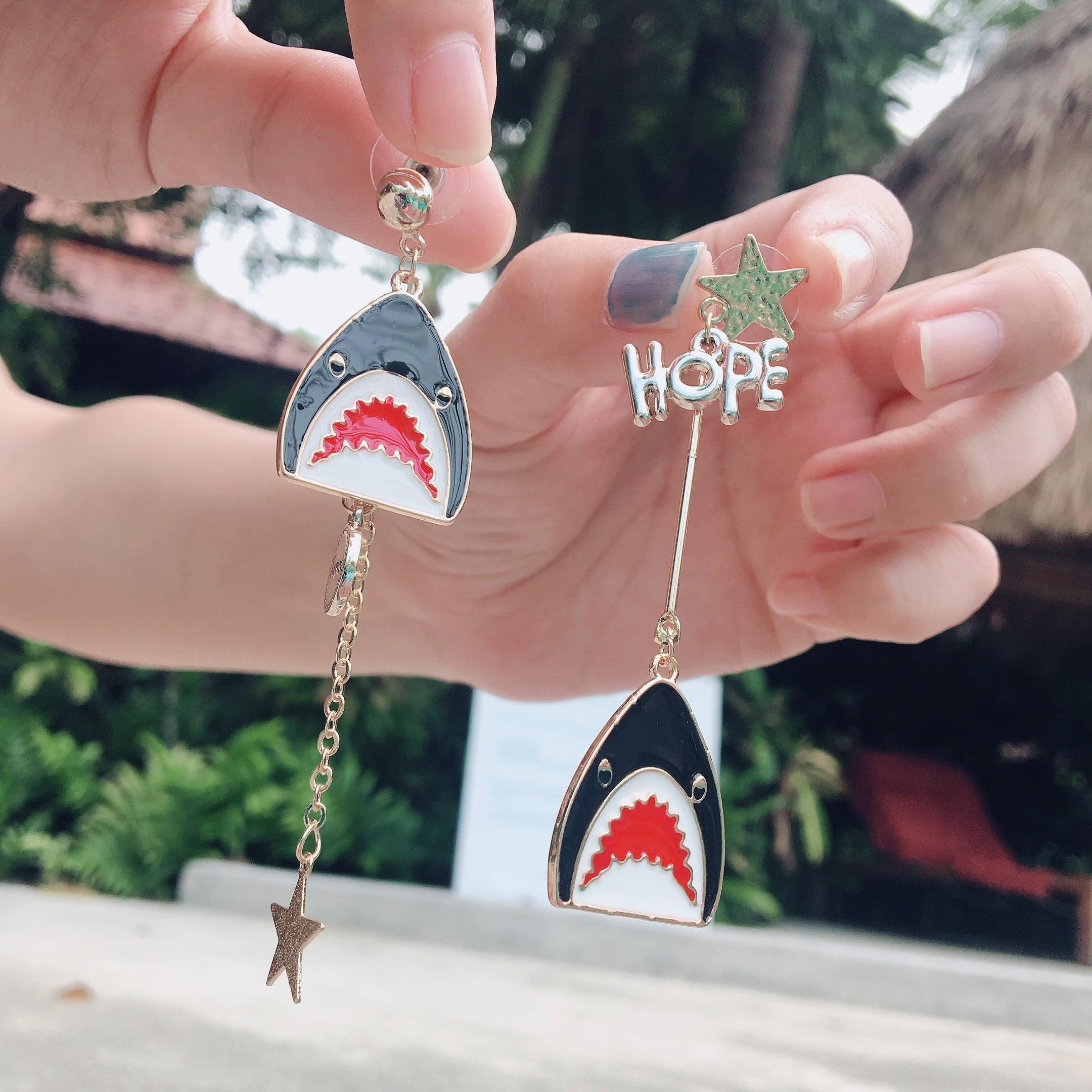 可愛造型兩邊不對稱鯊魚金屬鍊耳環滴油設計耳環