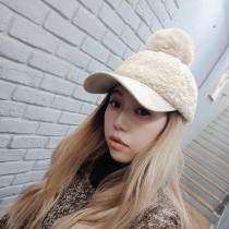 秋冬新款羊羔毛毛球造型鴨舌帽網紅可愛棒球帽雜誌款毛茸茸老帽