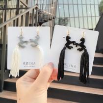 簡約百搭個性馬兒造型黑白流蘇設計長形造型耳環夾式耳環