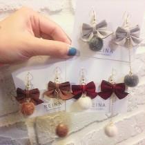皮革蝴蝶結設計兩邊不對稱毛球造型耳環可愛甜心垂墜飾品