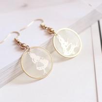 日系氣質公主風愛麗絲時間兔銅片圓形透明圖案不對稱耳環